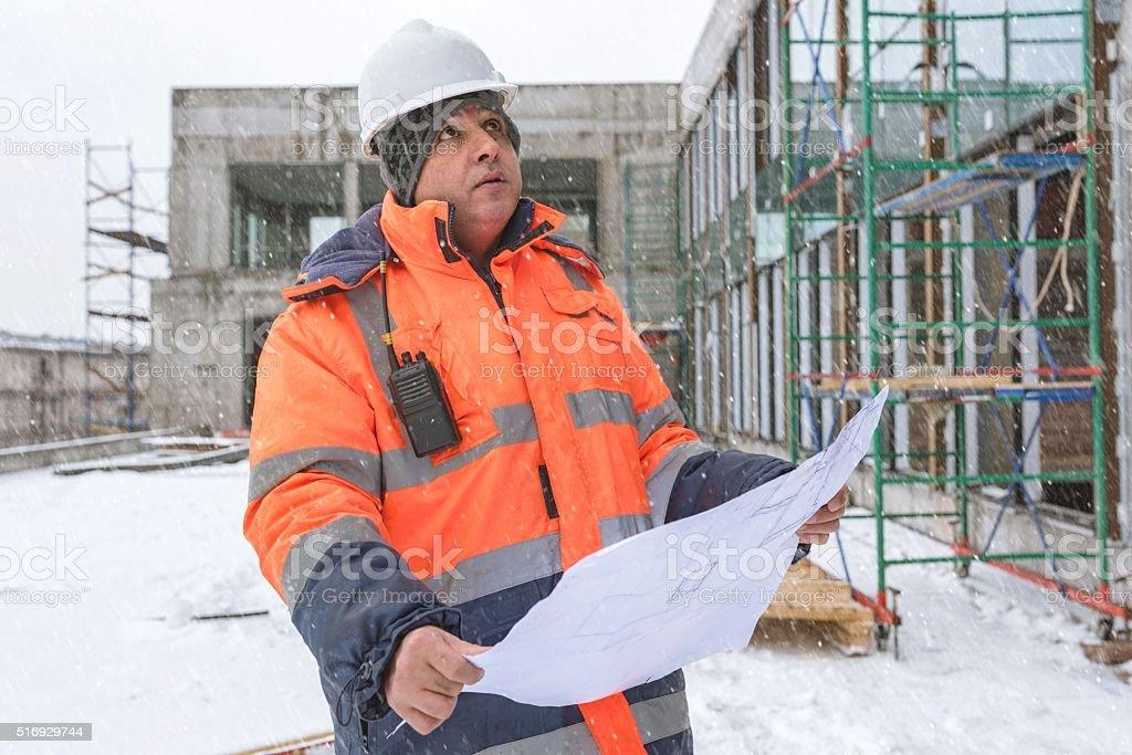 Senior Vorarbeiter auf Baustelle im Winter – Foto