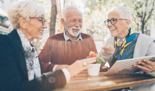 senior-freunde im café - brille bestellen stock-fotos und bilder
