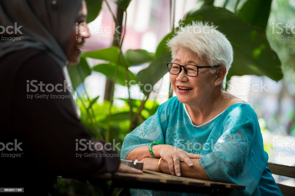 Senior friends catching up at a cafe - Royalty-free 60-69 Years Stock Photo