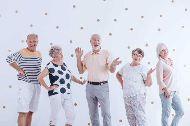 senioren freunde feiert geburtstag - rentenpunkte stock-fotos und bilder