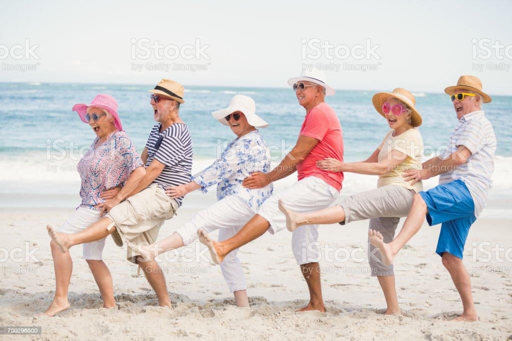 Senior Freunde tanzen am Strand – Foto
