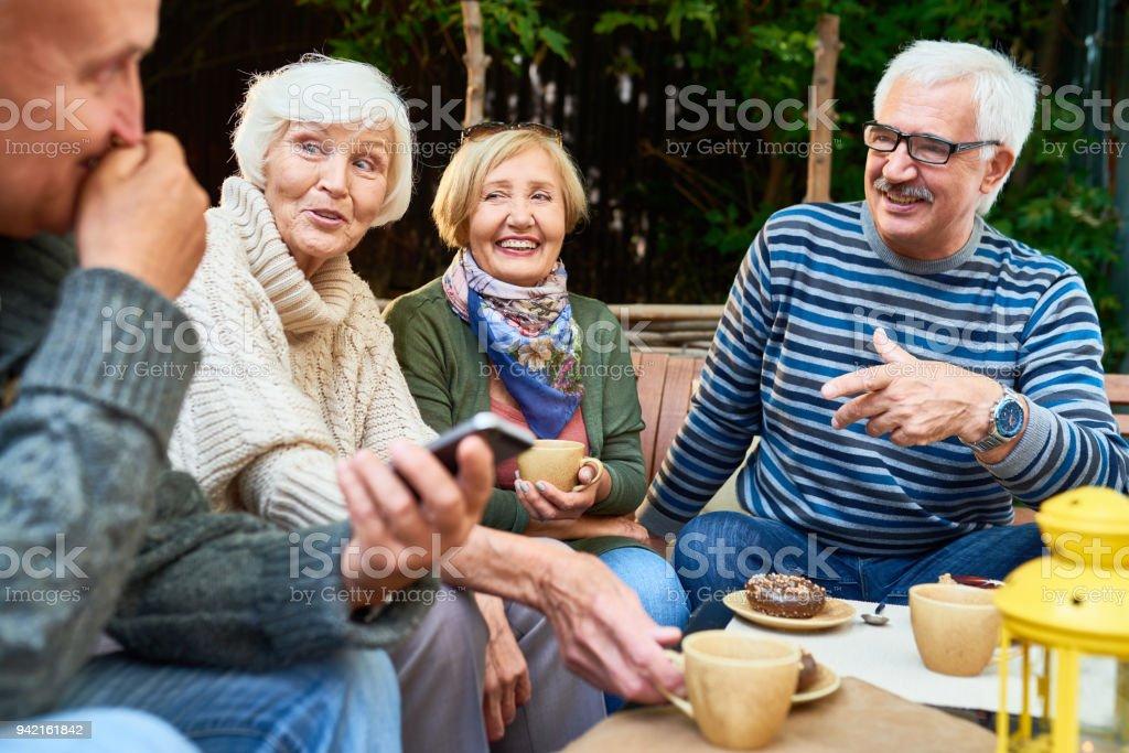 Senior Friends Enjoying Time Outdoors foto stock royalty-free