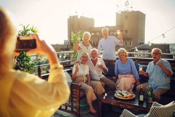 senioren freunde spaß am dach - dachgarten stock-fotos und bilder