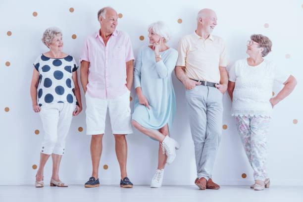 senioren freunde tragen legere kleidung - rentenpunkte stock-fotos und bilder