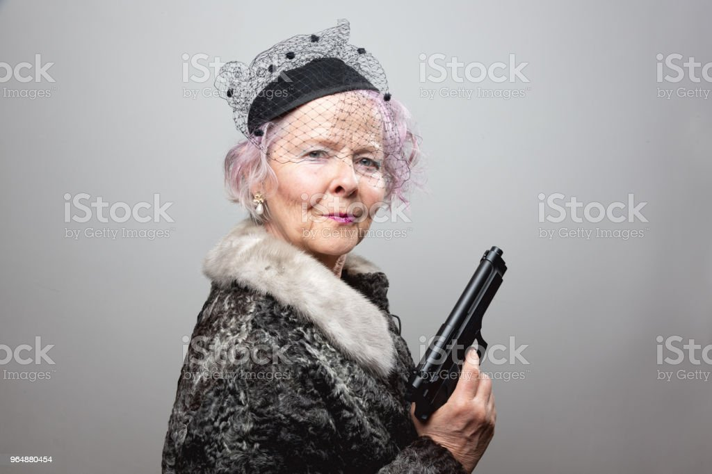 資深匪徒女士手持槍 - 免版稅一個人圖庫照片