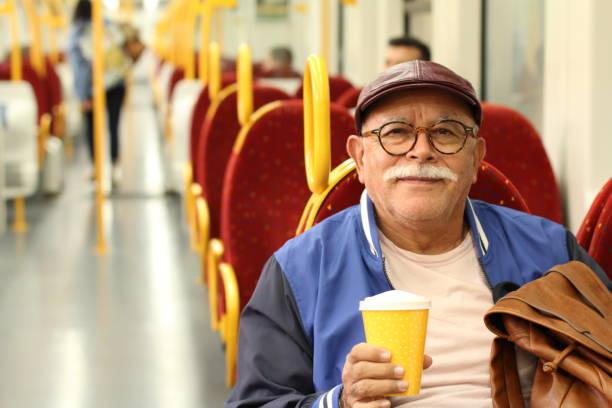 Cavalheiro sênior que aprecia o transporte público - foto de acervo