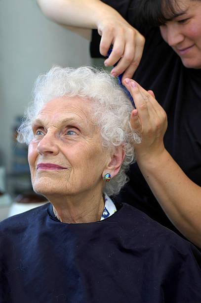 senior sich ein haar-styling - dauerwelle stock-fotos und bilder