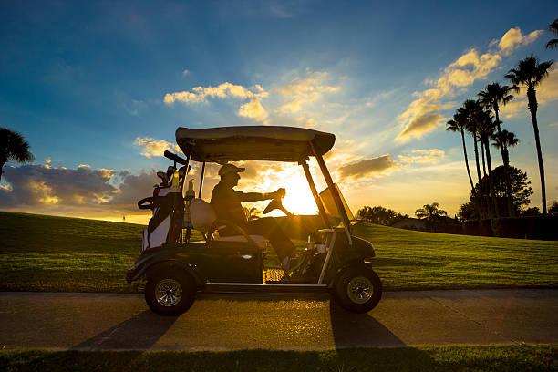 Senior golfeur voiturette conduite - Photo