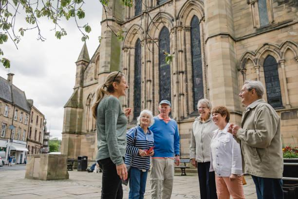 senior group dabei eine tournee in hexham - kleinere sehenswürdigkeit stock-fotos und bilder