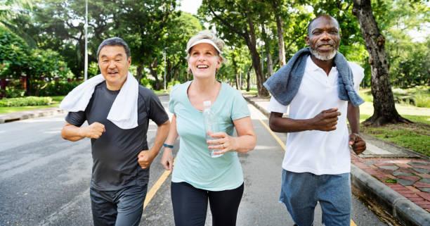 kıdemli grup arkadaşları egzersiz dinlenmek kavramı - sağlıklı yaşlılar stok fotoğraflar ve resimler