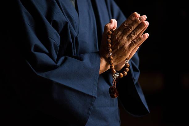 シニア手の数珠 - 仏教 ストックフォトと画像