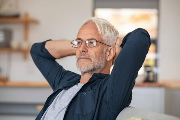 l'uomo bello anziano si gode la pensione - mani dietro la testa foto e immagini stock