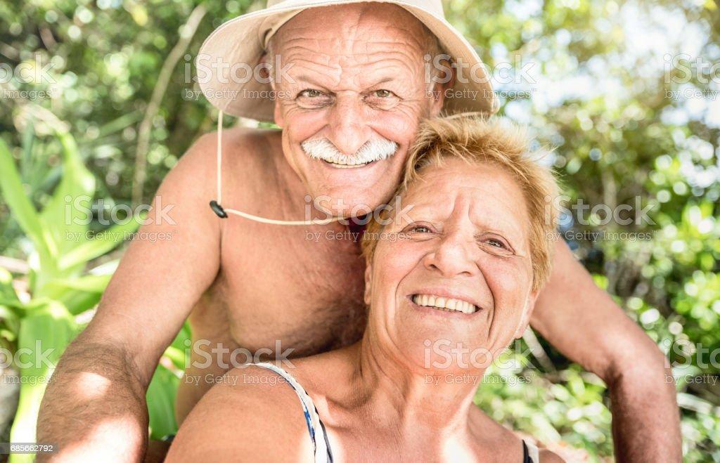 재미의 행복 한 커플 수석 개 복용 selfie 태국 정글에서 성숙한 여 인 미소에 초점 투어-활성 여행 및 노인 개념 세계 각국-온난 한 필터링 된 보기를 호핑 섬에 여행 royalty-free 스톡 사진