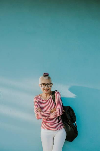 シニアヒップスタータイの女性 - showus ストックフォトと画像