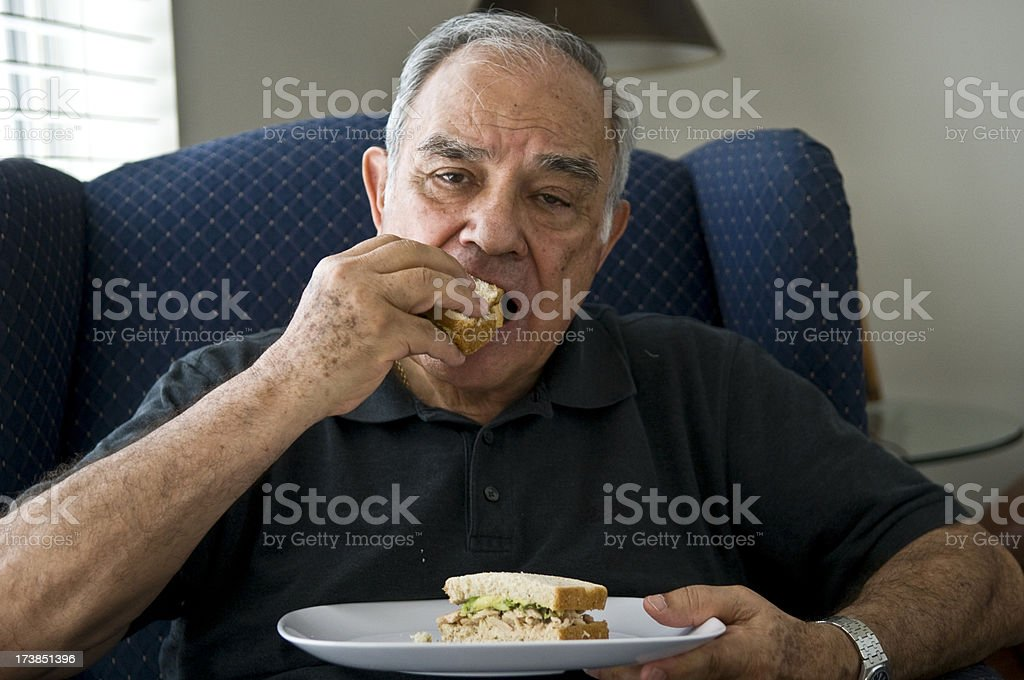 Senior hispano con su sándwich - foto de stock