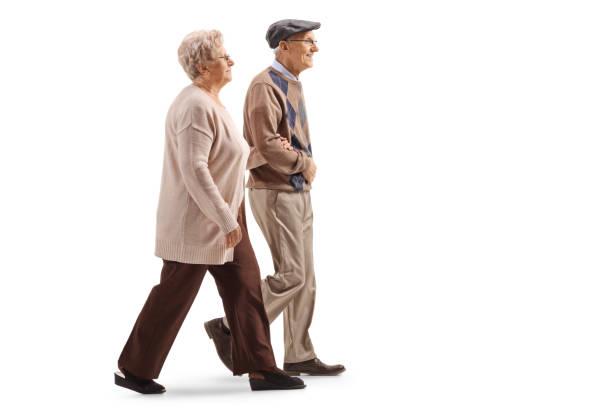 年配の夫と妻の散歩 - 歩く ストックフォトと画像