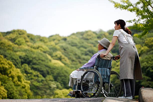 上級には、車椅子でのアクセスや船の助手 - 高齢者介護 ストックフォトと画像