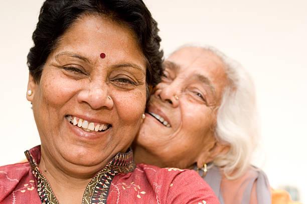 senior indische asiatische mutter und tochter haben spaß - altes schmuckkunsthandwerk stock-fotos und bilder