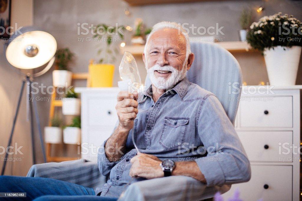 Senior inhalatie therapie in progres. - Royalty-free Alleen mannen Stockfoto