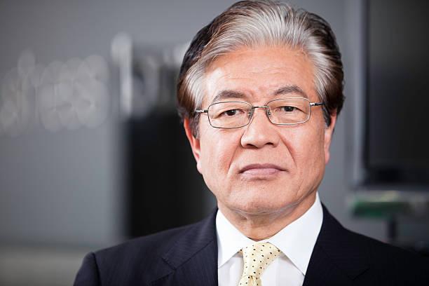 uomo d'affari giapponese senior executive - pensionati lavoratori foto e immagini stock