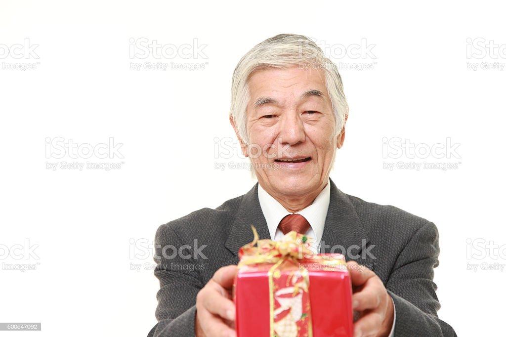 senior hombre de negocios japonés con una tienda de regalos - Foto de stock de 2015 libre de derechos