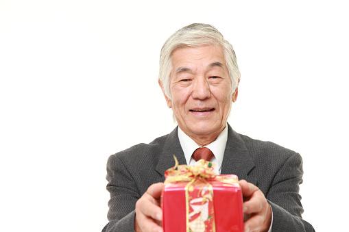 Senior Hombre De Negocios Japonés Con Una Tienda De Regalos Foto de stock y más banco de imágenes de 2015