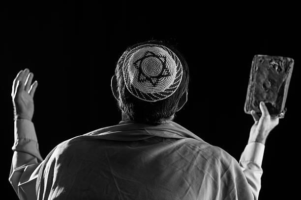 starszy człowiek moja żydowskiej, święty książki w rękę - judaizm zdjęcia i obrazy z banku zdjęć