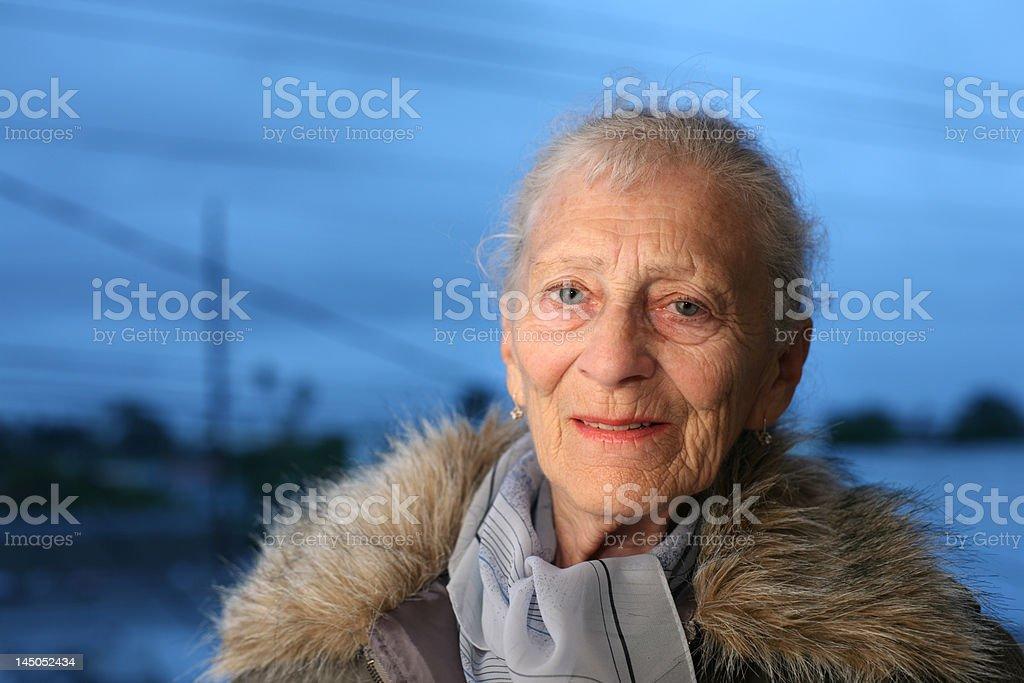 Senior lady im winter – Foto
