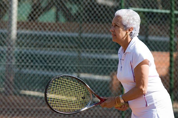Senior Dame jouant au tennis - Photo