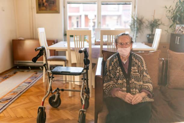 Seniorin mit Rollator zu Fuß im Haus während Coronavirus Haus Quarantäne – Foto