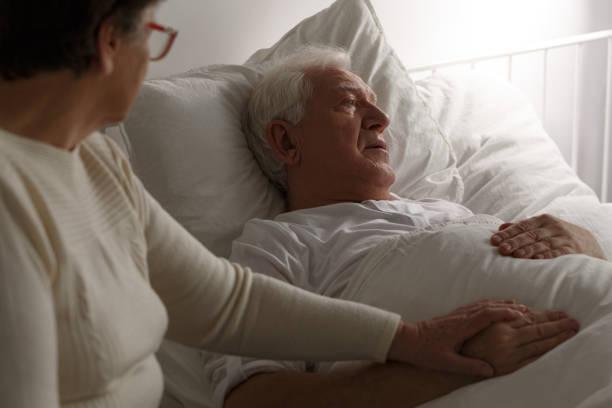 senior letzten momente im krankenhaus - trauer abschied tod stock-fotos und bilder