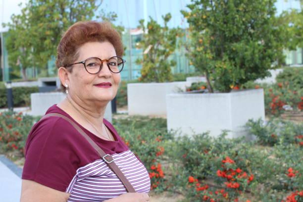Latina sênior que olha a câmera - foto de acervo