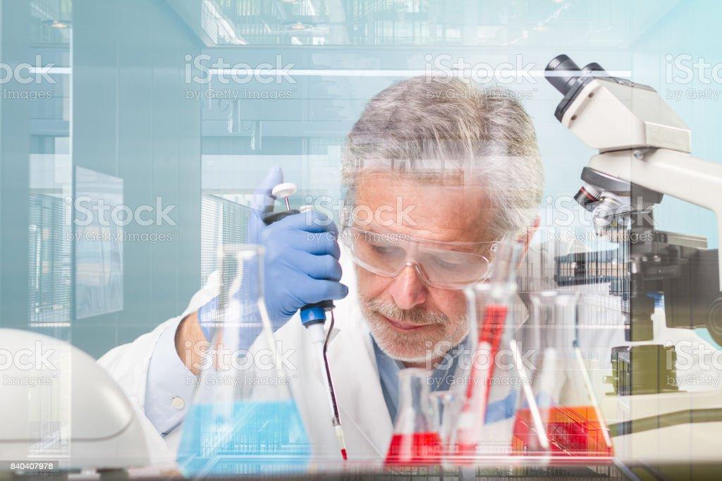 Senior Life-Science-Forschung in modernen wissenschaftlichen Labor erforscht. – Foto