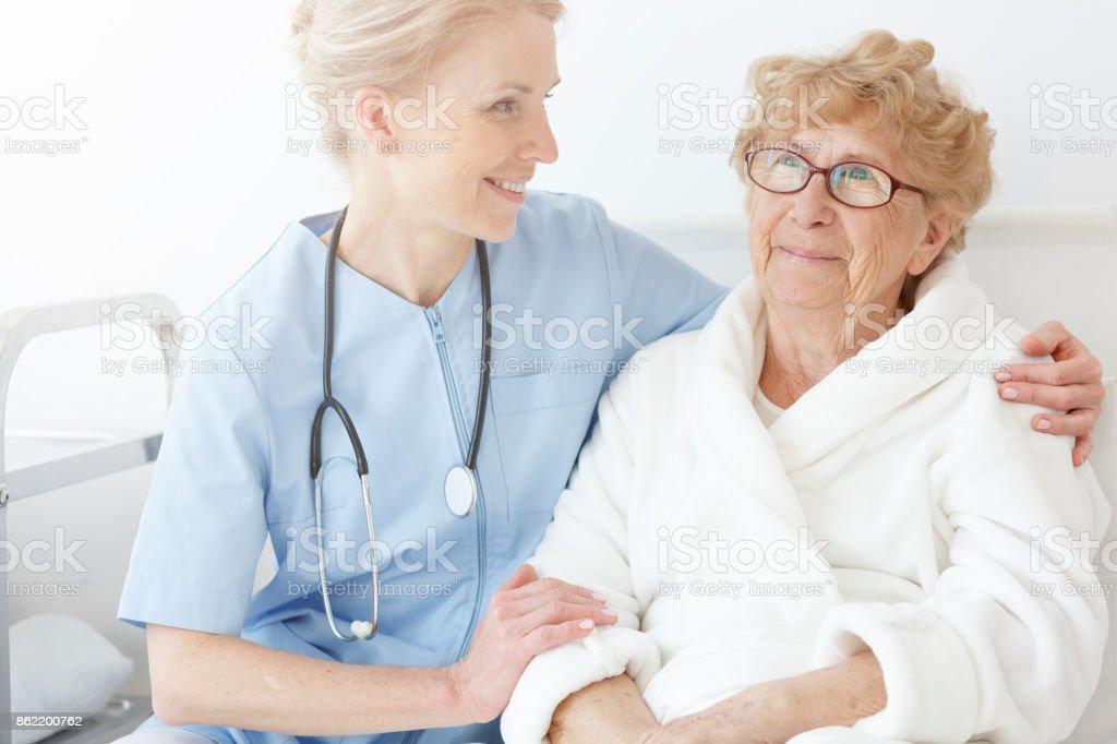 Senior en la cama del hospital - foto de stock