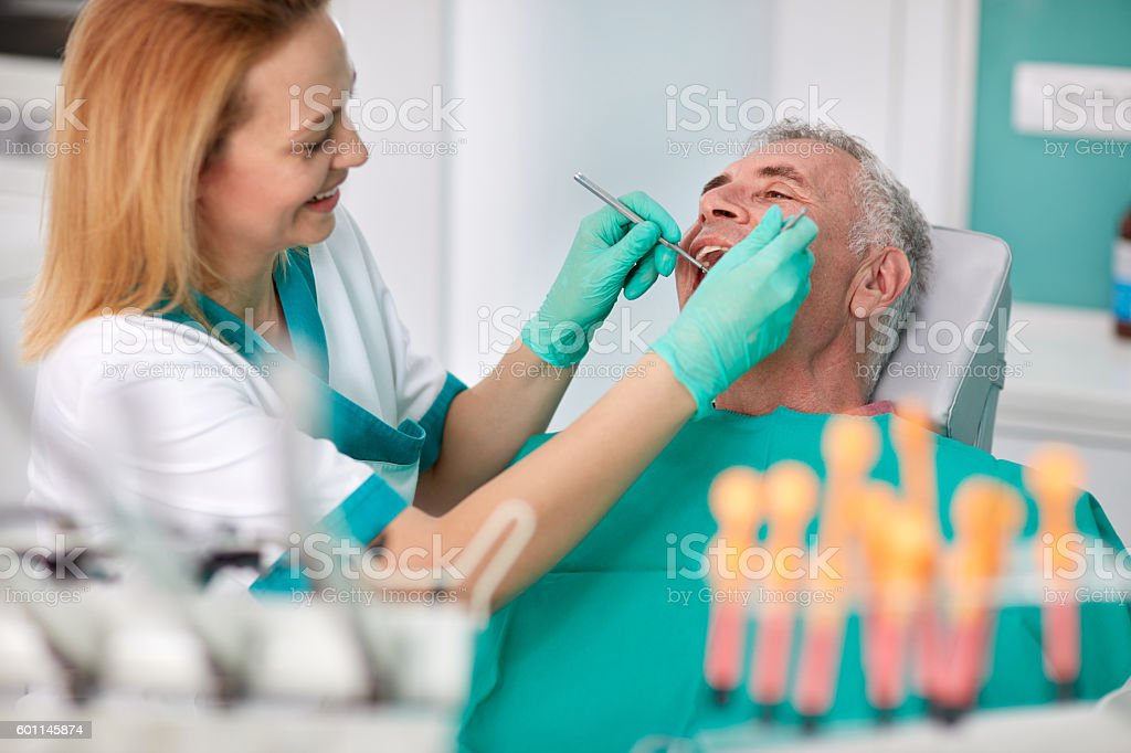 Senior male at dentist - foto de stock