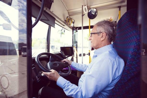 Senior männlich Fahrer fahren Bus – Foto