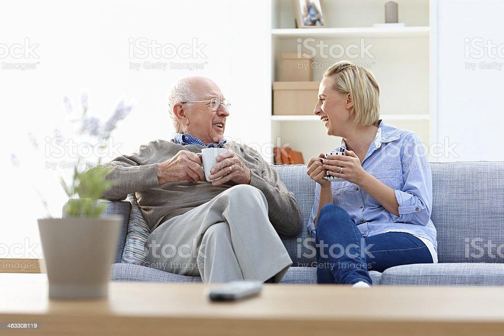 Alter Mann und Frau Pflegekraft Kaffee im Wohnzimmer – Foto