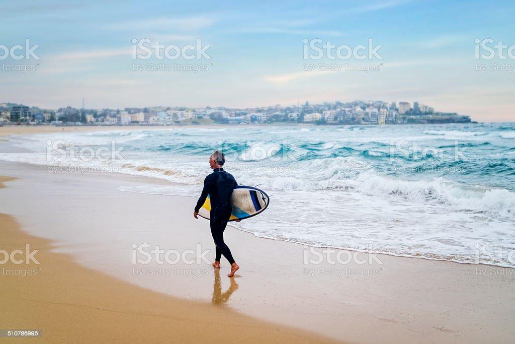 Senior homme et de la planche de Surf - Photo