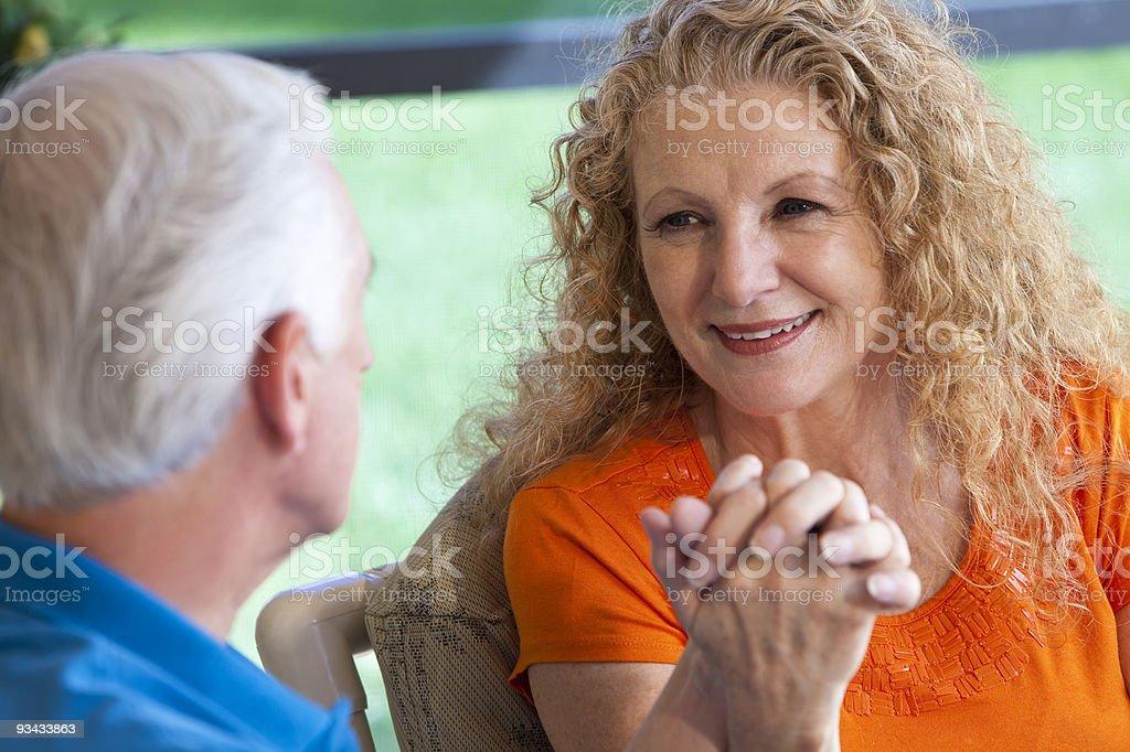 Alter Mann und Frau paar Holding Hände Lizenzfreies stock-foto