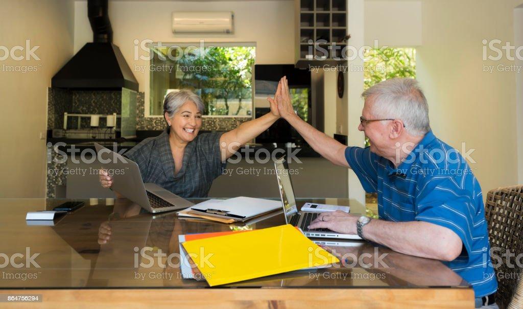 Ältere Mann und Frau mit Laptop – Foto