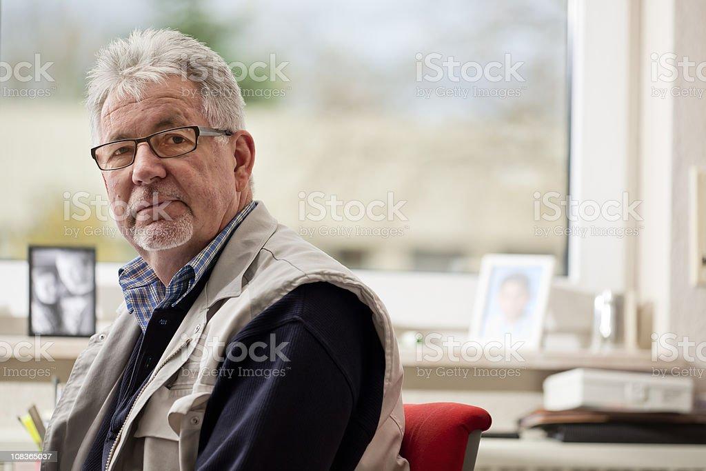 Älterer Mann am Schreibtisch – Foto