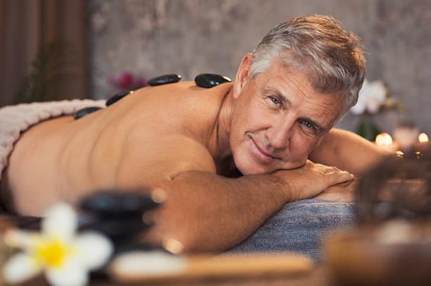 hombre senior en el spa de belleza - espalda humana fotografías e imágenes de stock