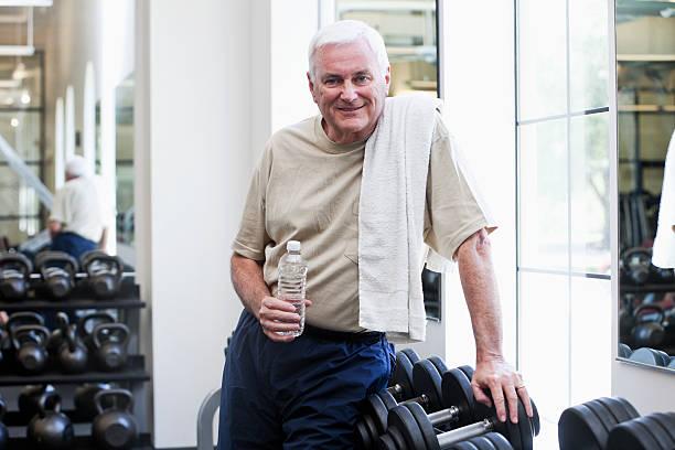 Hombre Senior en gimnasio - foto de stock