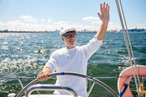 senior homme à tête sur un bateau à voile sur la mer - Photo