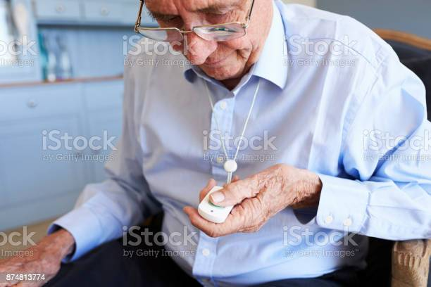 Ältere Mann Zu Hause Mit Hilfe Not Alarm Calltaste Stockfoto und mehr Bilder von 80-89 Jahre