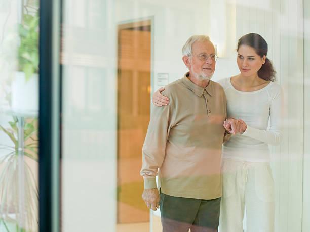 Mann verführt junges Mädchen Alter Alter Mann