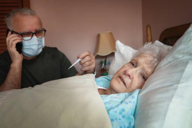 Senior Mann ruft eine Helpline, während sein Partner krank ist – Foto