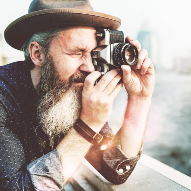 alter mann kamera fotografieren reisen konzept - senior bilder wasser stock-fotos und bilder