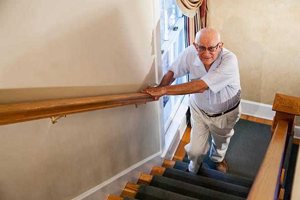 senior homme grimper les escaliers - marches marches et escaliers photos et images de collection