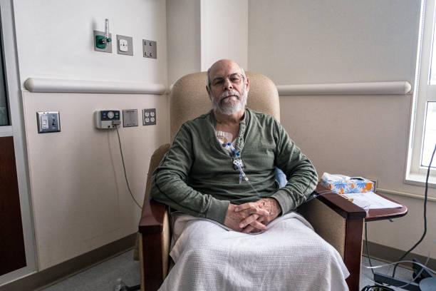 seniorenged-klinik während krebs-chemotherapie iv infusion - chemotherapie stock-fotos und bilder